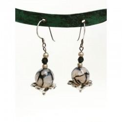 orecchino con sfera su fiore in argento